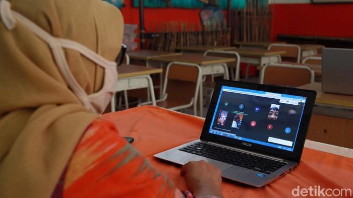 Aktivitas belajar mengajar tatap muka di DKI Jakarta dihentikan sementara di masa PSBB. Kini belajar mengajar dilakukan secara online. Seperti yang terlihat di SD Negeri 05 Pagi Joglo, Kembangan, Jakarta Barat, Kamis (6/8/2020).