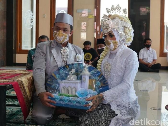 Ada pemandangan menarik di Masjid Al Aulia Mapolresta Blitar. Seorang tahanan kasus okerbaya melangsungkan pernikahan keempat dan disaksikan salah seorang mantan istrinya.