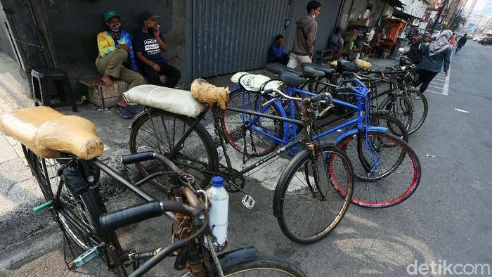 Ojek sepeda di kawasan Kota Tua Jakarta, semakin sulit mendapatkan penumpang di masa pandemi COVID-19 ini. Namun mereka tetap bertahan.