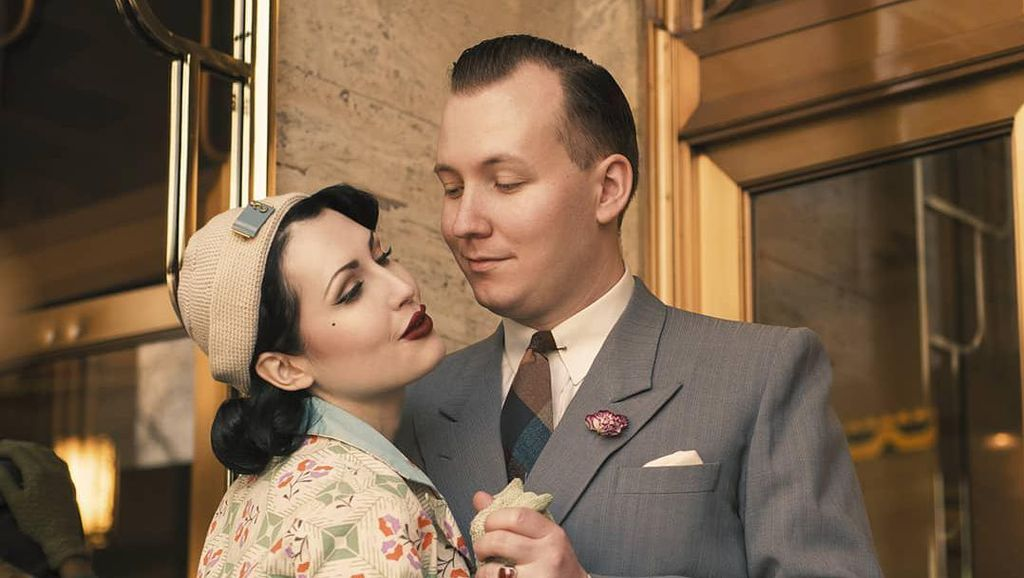 Pasangan Ini Jatuh Cinta karena Sama-sama Suka Bergaya Jadul