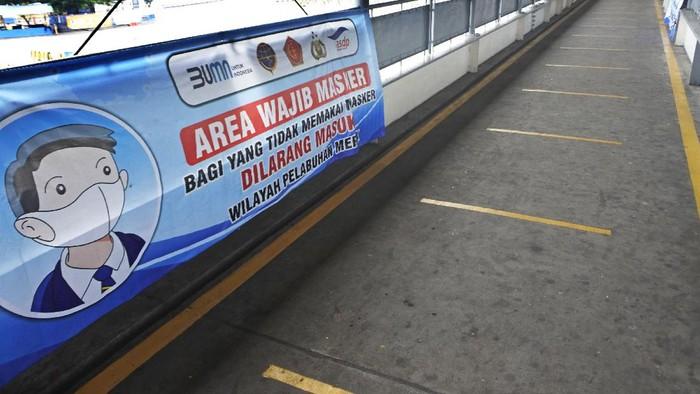 Bus dan truk yang akan menyeberang ke Sumatera terparkir di Dermaga 3 saat menunggu giliran masuk ke kapal ferry di Pelabuhan Merak, Banten, Kamis (6/8/2020). Menurut GM PT ASDP Merak Hasan Lessy meski sudah tidak diberlakukan pembatasan penumpang dan angkutan di Pelabuhan Merak tapi volume penyeberangan menurun hingga 70 persen dari biasanya karena terdampak pandemi COVID-19. ANTARA FOTO/Asep Fathulrahman//aww.