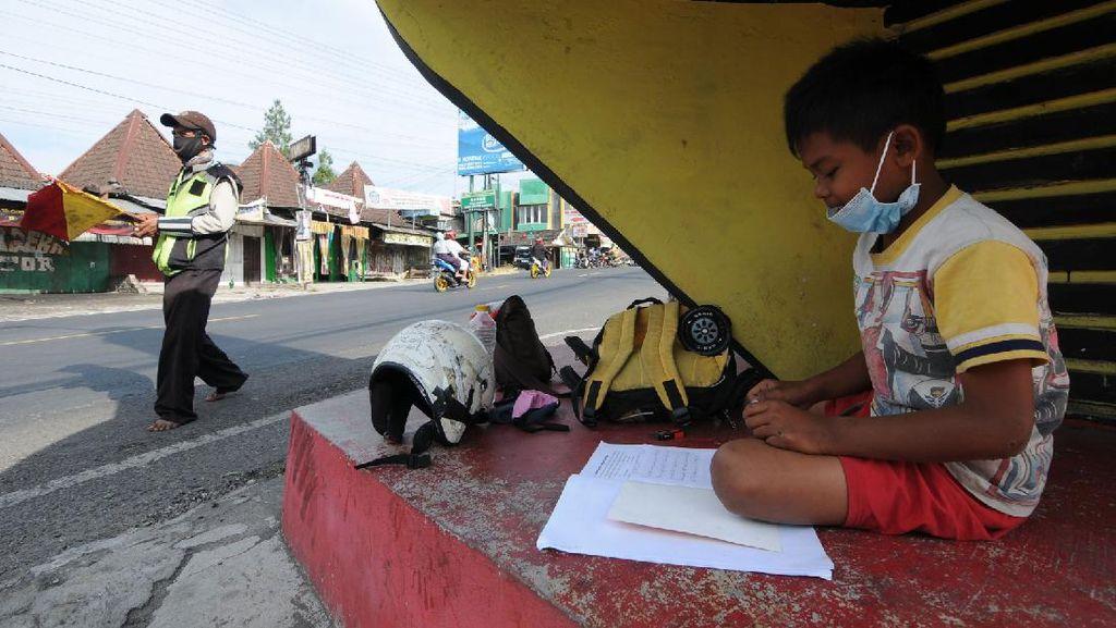 Pengatur Jalan di Boyolali Kerja Sambil Bimbing Anak Belajar Online