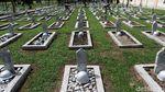 Momen Perawatan Makam Pahlawan Jelang HUT RI