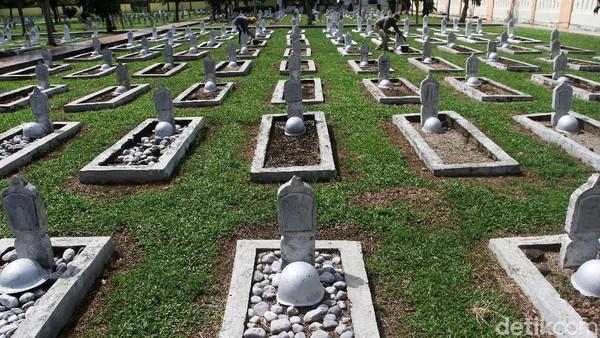 Terakhir, ada Taman Makam Pahlawan Kalibata di Jakarta Timur. Seperti yang kita ketahui, seluruh jenazah dari para Jenderal yang meninggal dalam tragedi berdarah itu dikuburkan di lokasi tersebut(ANTARA FOTO/Muhammad Arif Pribadi)