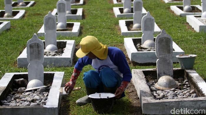 Petugas mengecat ulang makam di Taman Makam Pahlawan (TMP) Lolong, Padang, Sumatera Barat, Kamis (6/8/2020). Kegiatan tersebut dilaksanakan menjelang peringatan hari ulang tahun (HUT) ke 75 Republik Indonesia. ANTARA FOTO/Muhammad Arif Pribadi/Lmo/aww.