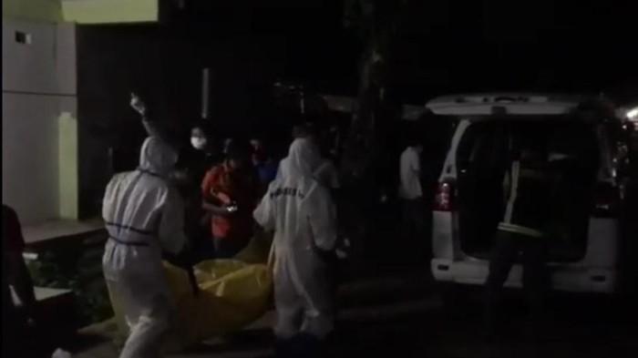 Petugas ber-APD mengevakuasi jenazah AW yang tewas di kamar kos (Foto: Istimewa)