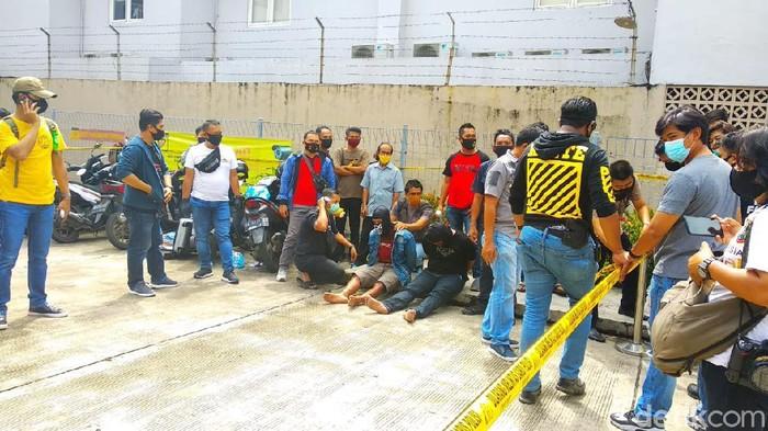 Polisi menggerebek para pelaku yang membawa 20 kg sabu di Banjarmasin.