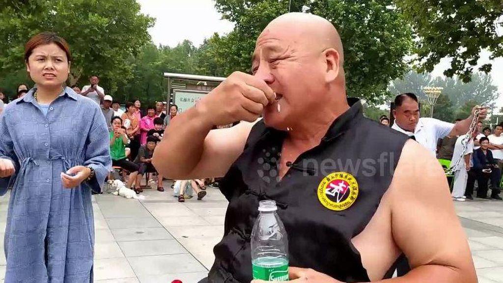 Gokil! Pria Ahli Kung Fu Ini Bisa Telan Beling hingga Kuku