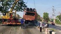Usai Nyangkut 12 Jam di Median Jalan Pantura, Truk Muatan Motor Dievakuasi