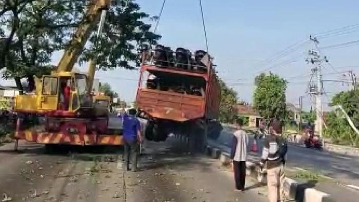 Proses evakuasi truk bermuatan motor yang tersangkut di median Jalan Pantura Demak
