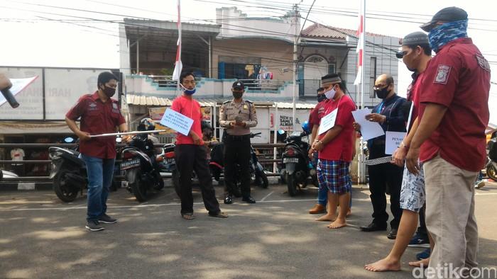 Rekonstruksi kasus kakak-adik bunuh pemuda tetangga yang hendak prewed di Palembang.