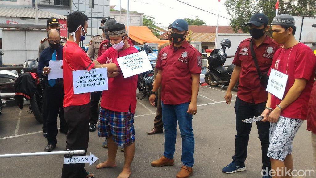 Rekonstruksi Kakak-Adik Bunuh Pemuda Hendak Prewed, Ibu Korban Protes
