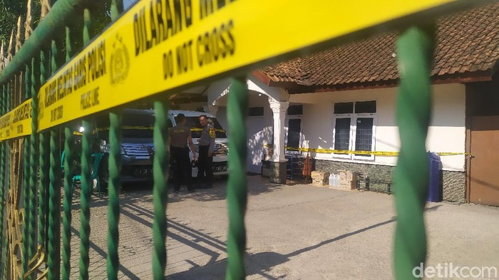 Rumah mewah milik HA, terlapor kasus dugaan penipuan investasi paket kurban dipasang garis polisi.