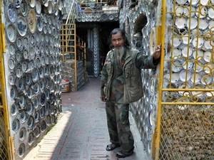 Keren! Rumah Pria Ini Dihiasi Hampir 10 Ribu Piring Porselen