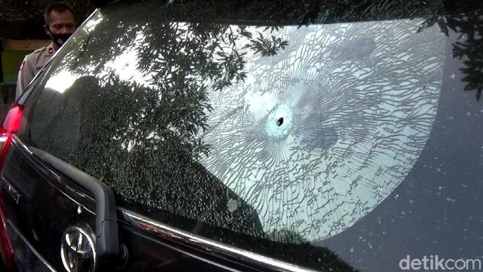 Penemuan mayat pria luka tembak di dalam mobil hitam bernomor polisi T-1143-AG yang penuh dengan berondongan peluru menghebohkan warga Purwakarta.