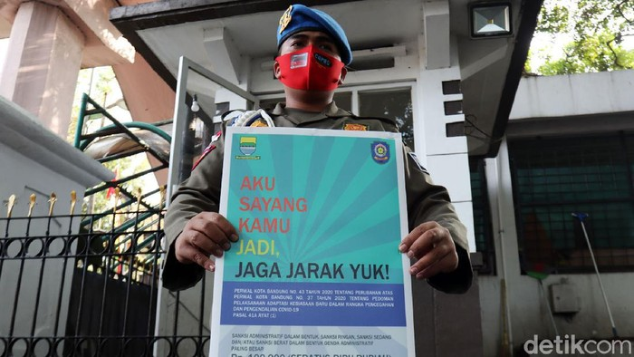 Satpol PP Kota Bandung melakukan sidak masker kepada Aparatur Sipil Negara (ASN) dan warga Kota Bandung. Sidang digelar di Balai Kota Bandung, Kamis (6/8/2020).