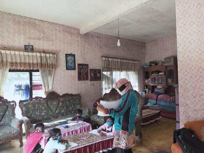 SD Negeri Gunungsari 4 Kota Batu mengalami kesulitan menjalankan sistem belajar daring karena susah sinyal internet. Sebab daerahnya berada di lembah pegunungan.