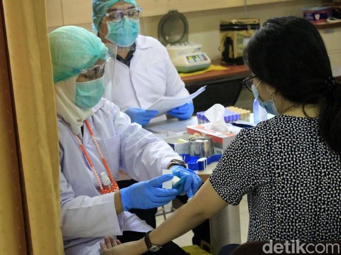 Simulasi uji klinis vaksin COVID-19 digelar di Kota Bandung. Simulasi uji klinis itu digelar untuk gambarkan alur pemberian vaksin virus Corona tersebut.