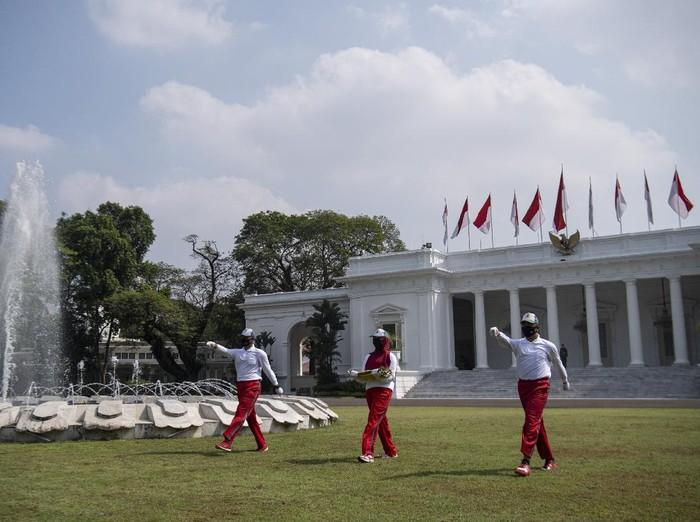 Petugas memperagakan simulasi pengibaran bendera untuk Peringatan HUT ke-75 Kemerdekaan RI di Istana Merdeka, Jakarta, Minggu (12/7/2020). Simulasi pengibaran bendera dengan menerapkan protokol kesehatan tersebut sebagai sosialisasi dan panduan bagi daerah dalam melaksanakan upacara kemerdekaan di tengah pandemi. ANTARA FOTO/Sigid Kurniawan/foc.