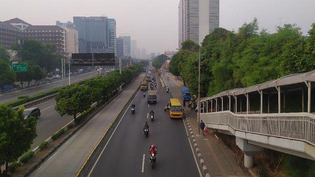 Suasana sosialisasi ganjil genap di Jalan S Parman, Jakarta Barat. Tilang belum diberlakukan bagi pelanggar.