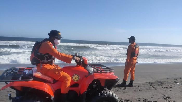 Tim SAR gabungan melakukan pencarian wisatawan terseret ombak di Pantai Goa Cemara, Bantul, Kamis (6/8/2020.