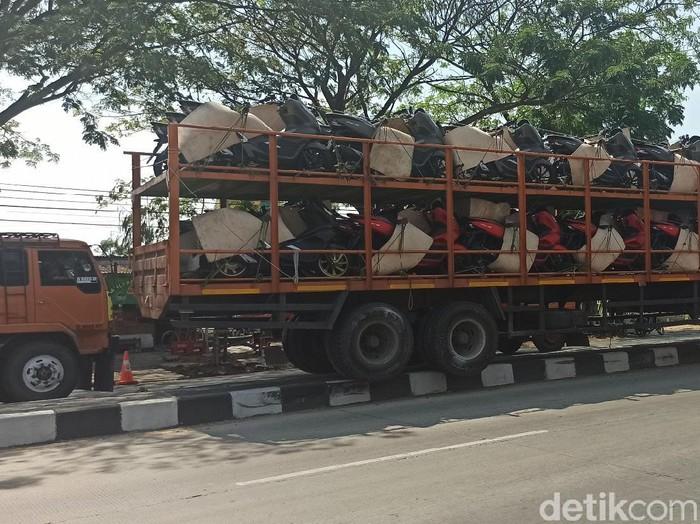Truk bermuatan motor nyangkut di median jalan Pantura, Demak, Kamis (6/8/2020).