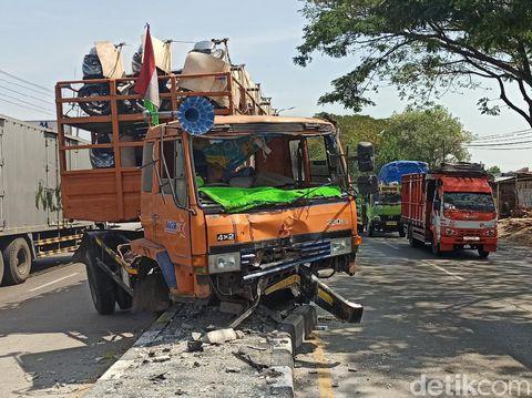 Truk muatan motor nyangkut di median jalan pantura Demak Km 18 arah Semarang Kudus, Rabu (6/8/2020)