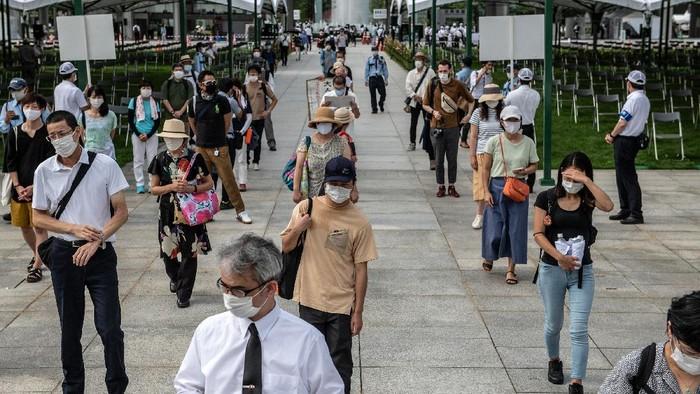 Warga Jepang memperingati 75 tahun bom atom Hiroshima. Dalam peringatan itu, warga tampak pakai masker dan jaga jarak untuk cegah penyebaran virus Corona.