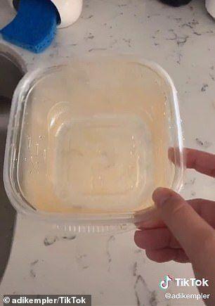 Cara Praktis Bersihkan Wadah Makanan yang Berminyak
