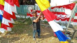 Kisah Devi Berkaki Palsu, Jemput Rezeki dari Bendera Merah Putih