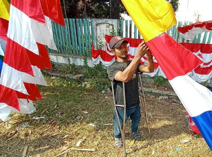 Devi, pria difabel penjual bendera dan umbul-umbul di Kudus, Jumat (7/8/2020).
