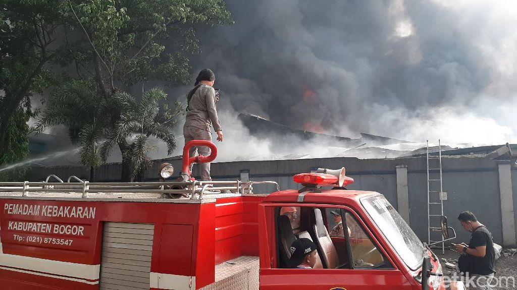 Terdengar Ledakan, Kebakaran Pabrik di Sentul Belum Padam