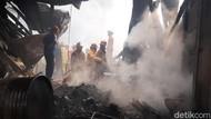 Petugas Berjibaku Padamkan Api yang Melalap Pabrik di Sentul