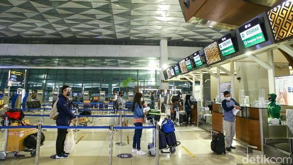 Selama ini, calon penumpang pesawat terbang dari dan ke Bandara Ngurah Rai harus menunjukkan surat keterangan bebas corona melalui uji swab.