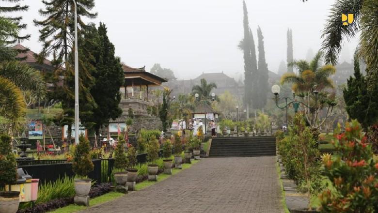 Pemerintah akan melakukan penataan kawasan suci Pura Besakih di Bali. Dana yang disiapkan pemerintah mencapai Rp 1 triliun.
