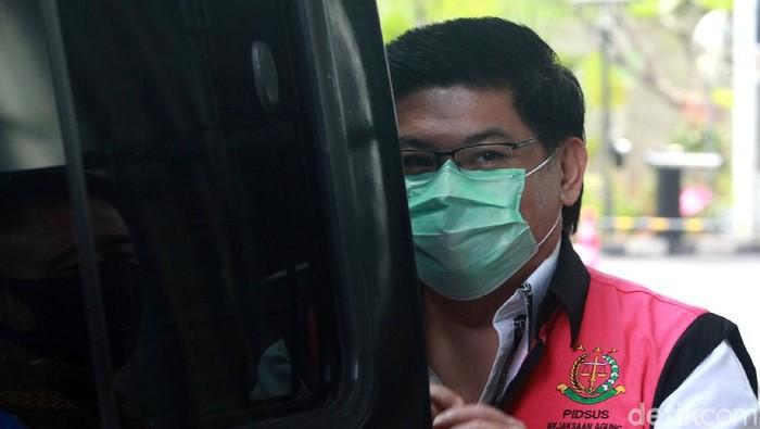 Dua terdakwa kasus Jiwasraya diperiksa KPK. Keduanya diperiksa terkait kasus dugaan korupsi pengelolaan keuangan dan dana investasi PT Asuransi Jiwasraya.