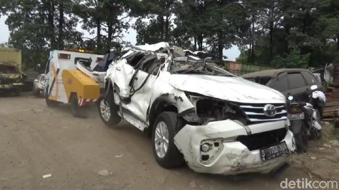Mobil Tabrak Pembatas Jalan di Tol Cipularang