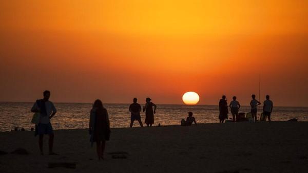 Suhu diperkirakan mencapai 40 derajat Celcius di tengah gelombang panas Spanyol. AP Photo/Emilio Morenatti