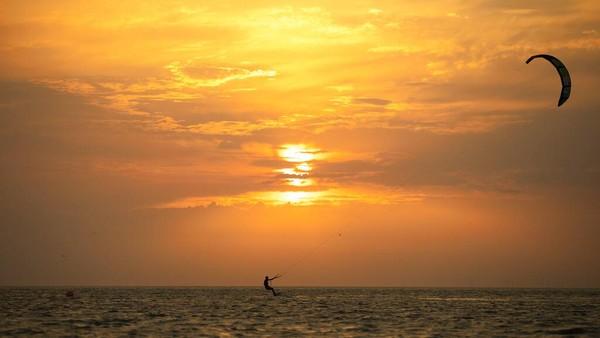 Peselancar layang-layang berlomba melintasi Laut Utara saat musim panas di pantai Zoute di Knokke-Heist, Belgia utara. AP Photo/Francisco Seco