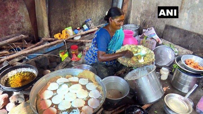 Nenek Berbagi Makanan Gratis