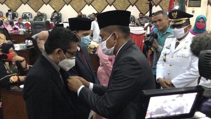 Pemko Padang serahkan pin emas ke dokter Andani (Ferdi-detikcom)