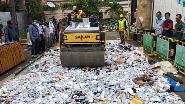 Pemusnahan barang ilegal di Palembang (Raja-detikcom)