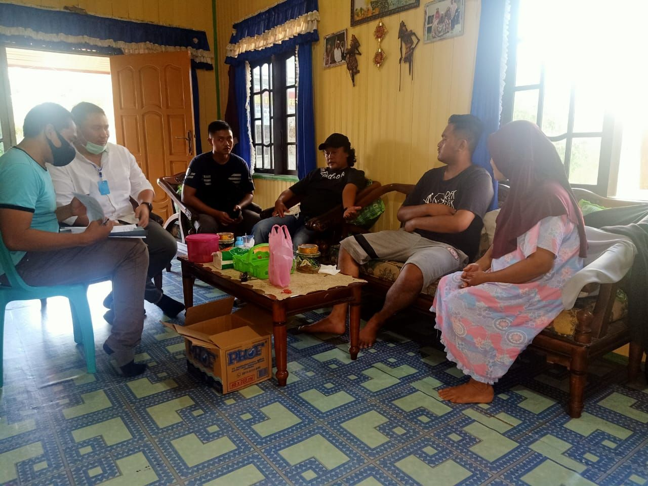 Gilang Aprilian atau yang dijuluki netizen 'Gilang Bungkus' ditangkap polisi di Kalimantan Tengah. Dia segera dibawa ke Surabaya.