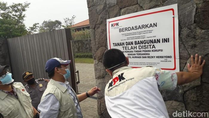 Petugas KPK menyegel vila mewah milik Nurhadi di Bogor