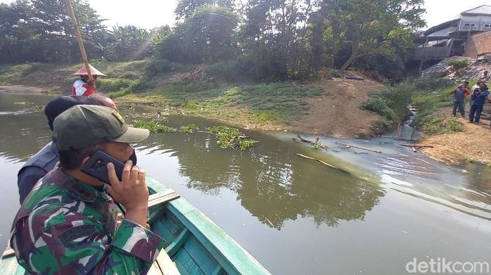 Petugas temukan titik pencemaran sungai Citarum di Karawang