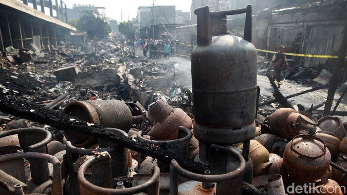 Kebakaran besar terjadi di kawasan Pasar Timbul, Tomang, Jakarta Barat. Akibatnya, pasar seluas 5.000 meter persegi ini hangus terbakar.