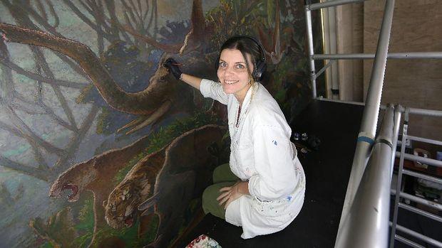 Restorasi Mahakarya Lukisan Lee Man Fong di Hotel Indonesia Kempinski Jakarta butuh waktu selama setahun.