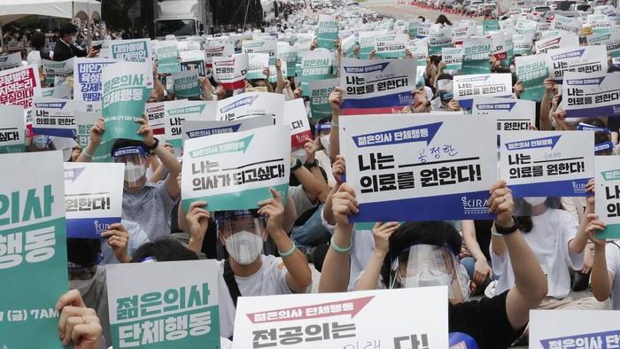 Ribuan dokter muda di Korea Selatan gelar aksi unjuk rasa. Aksi itu digelar sebagai protes atas rencana pemerintah untuk tingkatkan jumlah mahasiswa kedokteran.