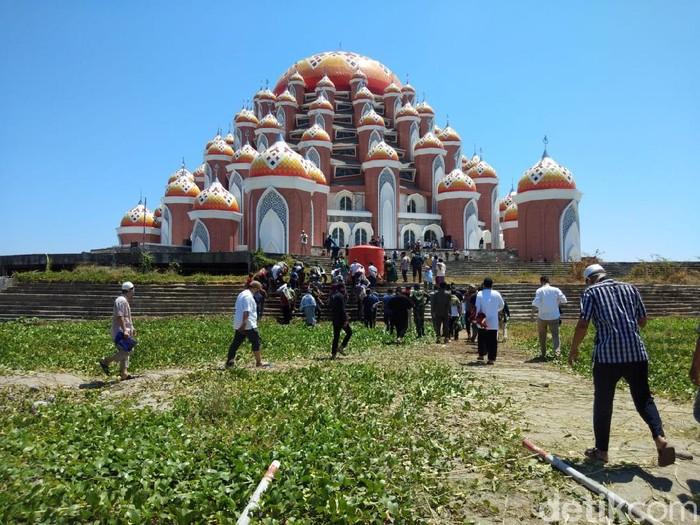Salat jumat pertama di Masjid 99 Kubah Makassar yang tidak diizinkan Gubernur Sulsel (Hermawan-detikcom).