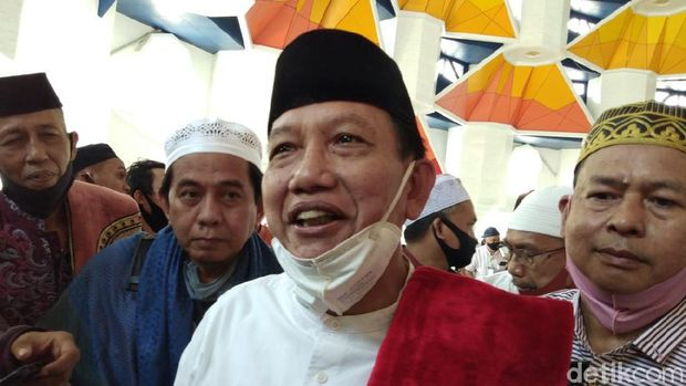 Salat satu anggota Tim Kaukus Masjid 99 Kubah Makassar, Sudirman Numba (Hermawan-detikcom).